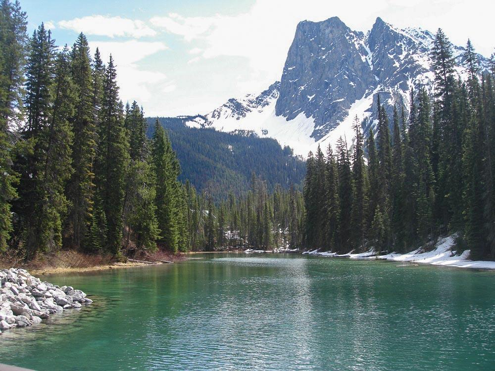 Wasser und Berge - das sind allgegenwärtige Bestandteile von Kanadas Wildnis.