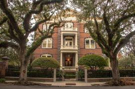 """Historisches Gebäude in Charleston. Es diente als Drehort für """"Fackeln im Sturm"""". Im Film war es das Geburtshaus von George Hazard."""